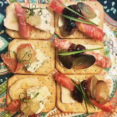 Not quite sure if this is what organizing your eating actually is 😛 but enjoying this anyway 💁 #tuc #crackers #bluecheese #brie #salchichon #aurajuusto #valioaura #sausage #spanishsausage #chorizo #grapes #banana #prosciutto #peasprouts #wheatgrass #applejam #bramleyapplesauce #raspberryjam #bonnemaman #potterybarn #paisley #lovethisplate #nannankeittiössä #nannantyyliin #herkkuhetki #perjantaiherkku