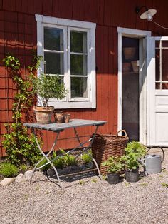 Hanna & Josef´s home - photo: Jonas Lundberg / by Anna Truelsen Swedish Cottage, Red Cottage, Garden Cottage, Nordic Home, Scandinavian Home, Farm Gardens, Outdoor Gardens, Sweden House, Red Houses