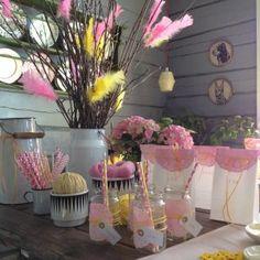 Dekorationer med tårtpapper till festbordet i rosa och gult