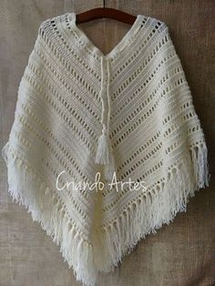 O Poncho se sobressai como opção versátil e confortável    para atualizar com muito estilo os looks femininos no inverno.   Além ... Crochet Tunic, Lace Knitting, Crochet Triangle, Knitted Cape, Mode Blog, Crochet Handbags, Clothes Crafts, Crochet Accessories, Crochet Stitches