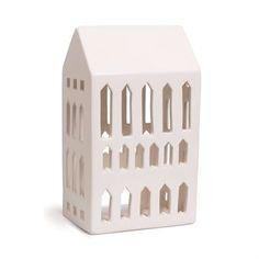 De sjarmerende Urbania-lyshusene kommer fra Kähler og er designet av Mette Bache og Barbara Bendix Becker. Lyshusene er av keramikk og utformet som forskjellige bygninger med et moderne preg som passer inn i de fleste hjem og miljøer. Det blafrende lyset og de vakre skyggene som husene gir, skaper en fin effekt og stemning i rommet. Urbania-serien består av fem forskjellige hus: en bygård, et hus, en kirke, Pantheon og  en basilika. Husene selges hver for seg.