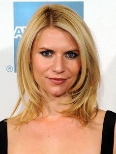 Check the latest Claire Danes hairstyles pictures here. Claire Danes mid-lenght straight side-swept hairstyle pictures and many other celebrity hairstyles Medium Length Hair With Layers, Mid Length Hair, Medium Hair Cuts, Long Hair Cuts, Shoulder Length Hair, Thin Hair, Medium Cut, Claire Danes, Haircuts For Fine Hair