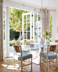Dining Nook, Dining Chairs, Bungalow 5, Beautiful Dining Rooms, Room Goals, Spring Home Decor, Old Houses, Home Interior Design, New Homes