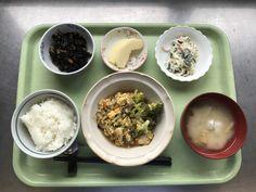 3月31日。白身魚の卵とじ、ひじきと揚げの煮物、春雨サラダ、里芋と揚げの味噌汁、りんごでした!ひじきと揚げの煮物が特に美味しかったです!599カロリーです