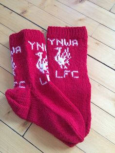 Hjemmestrikket Liverpool sokker / homeknitted Liverpool socks Crochet Hooks, Knit Crochet, Liverpool Fc, Knitting Socks, Knit Patterns, Mittens, Projects To Try, Diy Crafts, Crafty