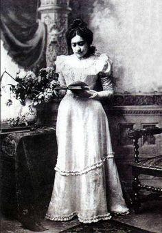 Eloísa Díaz, primera mujer en estudiar medicina, siendo la primera mujer médico de Chile y América Latina.
