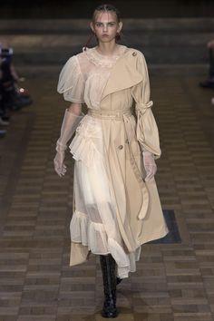 Simone Rocha Spring 2017 Ready-to-Wear Collection Photos - Vogue Fashion 2017, Look Fashion, Fashion Details, Fashion Art, Runway Fashion, High Fashion, Fashion Show, Fashion Outfits, Womens Fashion