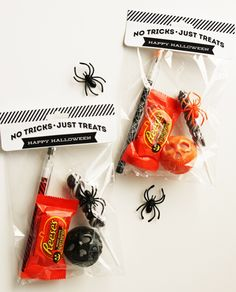Such cute Halloween Treat Bags + Toppers from Eighteen25!  And so easy to make using Avery Bags and Toppers. No scissors or glue needed,