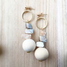 ハンドメイドマーケット+minne(ミンネ)|+大ぶり+ヴィンテージ+風+ハンドメイド+ピアス+ウッドビーズ+ウッドボール+ホワイト+ベージュ+シェル+ゴールド+フープ+リング Wooden Earrings, Diy Earrings, Diy And Crafts, Arts And Crafts, Tassel Jewelry, Diy Accessories, Crochet Flowers, Glass Beads, Handmade Jewelry