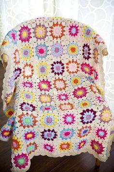 ピンクやイエローのやさしい色合いで柔らかく包み込む♪かぎ針編みのブランケット♡