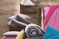 Lençóis – de duas em duas semanas parece ser unanimidade; se a pessoa suar muito, o prazo muda para uma vez por semana. Isso inclui as fronhas dos travesseiros. Travesseiros: devem ser colocados para pegar ar e sol, pelo menos uma vez por mês. Toalhas de banho: as toalhas de rosto podem ser trocadas duas vezes por semana; quanto às toalhas individuais vai depender do uso, mas, trocá-las uma vez por semana parece razoável. Edredons e cobertores: de duas a três vezes ao ano.