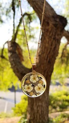 Diy Resin Art, Diy Resin Crafts, Resin Necklace, Floral Necklace, Necklaces, Resin Flowers, Dried Flowers, Cute Jewelry, Flower Jewelry