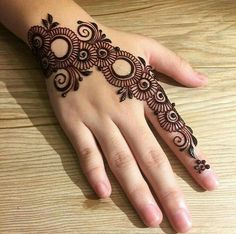 Girls paint their hands and legs with lovely and pretty new mehndi designs. These stunning mehndi designs are perfect for everybody. Easy Mehndi Designs, Henna Hand Designs, Bridal Mehndi Designs, Latest Mehndi Designs, Mehndi Designs Finger, Mehndi Designs For Girls, Indian Mehndi Designs, Mehndi Designs For Beginners, Mehndi Designs For Fingers