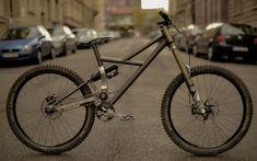 Klare Linien, schlanker Hinterbau und mit 16,02 kg nicht einmal übergewichtig: mein Eigenbau Downhill-Bike #steelisreal #dh #ssp