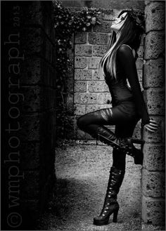 Love everything about this photo. Pretty Gothic fashion.
