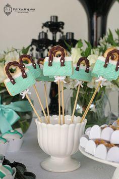Decoração Festa de 60 Anos tema Tiffany by Patricia Junqueira. www.patriciajunqueira.com.br Pirulitos de Biscoito Bolsas Tiffany