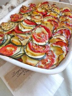 Summer gratin with potatoes, tomatoes and zucchini (Lactose free) - Cuisine du monde - Vegetarian Recipes Fun Easy Recipes, Lunch Recipes, Vegetable Recipes, Vegetarian Recipes, Chicken Recipes, Easy Meals, Cooking Recipes, Zucchini, Healthy Breakfast Recipes