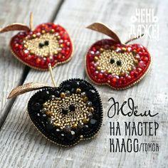 ⚡ТОМСК⚡ Дорогие девушки! И вновь мы приглашаем вас на наш мастер-класс, который состоится 13 января! Будем вместе вышивать эти чудесные… Diy Bead Embroidery, Hand Embroidery Designs, Fabric Jewelry, Beaded Jewelry, Brooches Handmade, Handmade Jewelry, Beaded Spiders, Beaded Brooch, Beading Projects