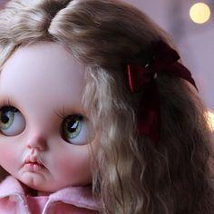 ✨Hello!!! I am Valeria, today I am very happy because my new hair has already arrived I will be looking for a new home for this Christmas ✨ FA It is raining and I can not go out to release my new coat ... and show my hair❄ ✨Hola!!! soy Valeria, hoy estoy muy contenta porque ya ha llegado mi nuevo pelo  voy a estar buscando un nuevo hogar para estas navidades ✨ está lloviendo y no puedo salir a estrenar mi nuevo abrigo.... y enseñar mi nuevo pelo❄️ #customblythe #blythelover #bly...