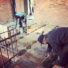 #manatwork Przygotowywanie podłoża pod wylewki i w drugim etapie okładziny stalowe w poddanym renowacji budynku fabrycznym. Ojciec Włodzimierz niweluje nierówności podłoża a Radosław Cichecki przygotowuje zaprawę wg pradawnej receptury znanej tylko jemu:) #wszystkozestali