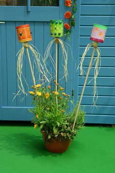 DIY Academy: Leere Blechdosen finden sich in jedem Haushalt. Anstatt sie zu ents… DIY Academy: Empty tin cans can be found in every household. Instead of disposing of them, you can use them to make decorative lanterns for your balcony and garden. Tin Can Crafts, Diy And Crafts, Diy For Kids, Crafts For Kids, Diy Academy, Diy Y Manualidades, Lanterns Decor, Decorative Lanterns, Diy Décoration
