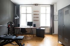 Beautiful and masculin home office with a stained wooden desk, a weight bench and cool metal details. Check out our website to see the whole makeover! Tabletop, Weight Benches, Layout, Wooden Desk, Small Apartments, Industrial Style, Home Office, Designer, House Design