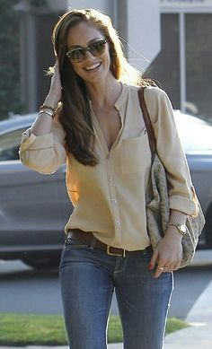 ideal casual outfit = silk shirt, great jeans and gold accessories find more women fashion Look Fashion, Fashion Outfits, Fashion Trends, Fashion Ideas, Fashion 2018, Sport Fashion, Fashion Fashion, Autumn Fashion, Mode Style