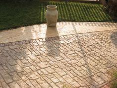 Una pratica, originale e conveniente soluzione per pavimentare le aree esterne di ville, condomini e piscine? Il pavimento stampato, che ricrea gli effetti delle pietre naturali