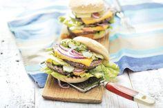 Barbecuefavoriet voor op een broodje, met een frisse komkommertopping en worcestershiresauce - Double American classic - Recept - Allerhande