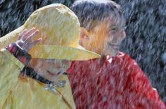 Chuva - rain - lluvia - chovendo - raining - lloviendo - temporal - tempestade - storm - tormenta - dias - days - día - chuvoso - rainy - lluvioso - água - water - gotas - drops - moda - fashion - look - estilo - style - casual - menina - girl – chica – criança – child – niño – menino - garoto - boy - brincar – play – jugar – brincando – playing – jugando – diversão – diversión - divertindo-se - having fun - divertirse - banho – shower- bath - bathing - aguaceiro – baño - amigos - friends