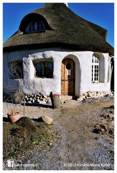 A natural home built with interior cob walls wrapped with exterior straw bales in Denmark Cob Building, Building A House, Natural Homes, Thatched Roof, Unusual Homes, Earth Homes, Natural Building, Cabins And Cottages, Earthship