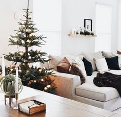 Looking for a way to infuse some casual elegance into your December design? Then look no further than these stunning examples of Scandinavian holiday decor! Simple Living Room, Home Living, Living Room Decor, Modern Living, Dining Room, Modern Christmas, Christmas Home, Simple Christmas, Xmas