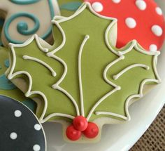 Holly Leaf Cookie, using a Maple Leaf cutter!D {Sugarbelle} - I love great ideas for special cookies with basic cutters Fancy Cookies, Iced Cookies, Cute Cookies, Royal Icing Cookies, Cookies Et Biscuits, Cupcake Cookies, Owl Cookies, Batman Cookies, Reindeer Cookies
