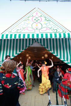 Bailando sevillanas en una de las casetas de la Feria de #sevilla