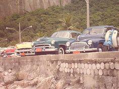 Bem poderia ser um encontro de carros antigos, mas não é. A bonita cena é de um dia comum no Rio de Janeiro dos anos cincoenta.  À esquerda um Chevrolet Bel Air 1956 vermelho ao lado de um Mércury 1955 amarelo; Chevrolet quatro portas 1951 ao lado de um Morris e, para completar, uma Lambretta. Obs de JuRicardo - Mas os postes ao fundo não são dos anos 50 ou são???