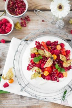www.piccolielfi.it Sweets Recipes, Vegan Recipes, Vegan Food, Pavlova Cake, All Berries, Delicious Desserts, Yummy Food, C'est Bon, Love Food