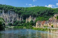 Pour ceux qui aiment les villages en bord de rivière, La Roque-Gageac est un incontournable. Cerné par les falaises d'une part et le fleuve de l'autre, ce lieu compte un joli manoir du XVe siècle, et un fort troglodyte assez particulier. La longue rue qui longe le fleuve est un véritable lieu de vie, puisqu'on y croise tous les commerces du village.
