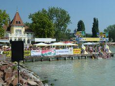 Tijdens de átuzás zwemmen zo'n 10.000 mensen vanaf Revfulop het #Balatomeer over naar Balatonbolar: www.vakantiehuis-balaton.nl