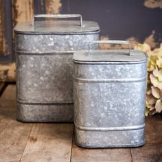 Eclectic decor farmhouse Crafted from galvanized metal, these canister sets are simply unique and farmhouse chic. Use these to get Organized & bring simplicity to your vintage decor. For more visit, decor steals, OR decorsteals Ceramic Canister Set, Glass Canisters, Canister Sets, Kitchen Canisters, Décor Antique, Antique Farmhouse, Farmhouse Chic, Style Vintage, Vintage Home Decor