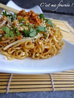 """Les nouilles sautées façon """"Wagamama""""  1 tablespoon (15g) de sauce soja sucrée 1 tablespoon (15g) de sauce soja salée 110g de nouilles chinoises  1,5 tablespoon d'huile de tournesol (environ 20g) 2 oeufs 2g de gingembre râpé 50g de pousses de soja  1/4 de poivron vert 1/4 de poivron rouge 2 oignons nouveaux (assez gros) 4 ciboules chinoises (j'en trouve au Monop') 1 blanc de poulet 15 petites crevettes cuites  + sésames, quelques feuilles de coriandre, oignons frits"""
