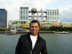 Bahia de Tokyo en la Odaiba con el edificio Fuji TV detrás en Tokyo, Japon