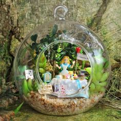 DIY Glass Ball Dollhouse terrarium Miniature Alice in wonderland Decor Terrarium, Garden Terrarium, Wooden Dollhouse Kits, Dollhouse Miniatures, Diy Dollhouse, Miniature Rooms, Miniature Fairy Gardens, Deco Disney, Diy Cadeau Noel