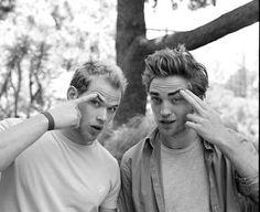 Kellan Lutz (Emmett Cullen) and Robert Pattinson (Edward Cullen).