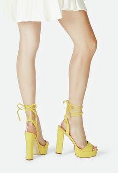 Ob Tag oder Nacht, den femininen Style von Julienne kannst Du einfach immer tragen. Im coolen Wildleder-Look und mit komfortablem Blockabsatz wirst Du sie lieben....