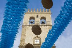 Badajoz Torre de la catedral entre las linternas de papel durante la Feria de…