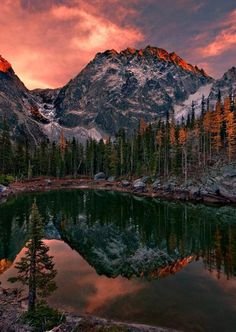El sol tiñe de rojo las montañas.
