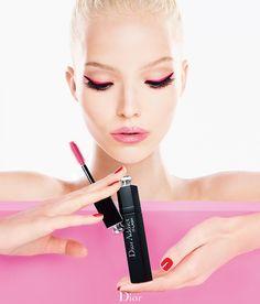 A Dior lançou a linha Addict It-Lash que promete transformar os olhos em uma única passada, como se fosse mágica, dando volume, comprimento e os efeitos de estilo mais extraordinários. A modelo Sasha Luss é o rosto da campanha. Lindíssima!