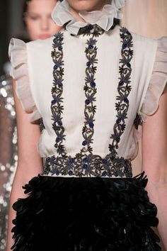 Valentino at Couture Fall 2016 - Details Runway Photos Couture Details, Couture Tops, Fashion Details, Love Fashion, Vintage Fashion, Womens Fashion, Valentino Couture, Fashion Designer, Couture Fashion