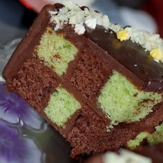 Gâteau Damier pistache et chocolat : 45 recettes de gâteau au yaourt - Journal des Femmes Nutella, Oreo, Vanilla Cake, Yogurt, Biscuits Russes, Food, Breads, Journal, Cakes