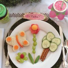 Garden party kid food love the cupcake liner on the drink & wood name plate Food Art For Kids, Cooking With Kids, Toddler Meals, Kids Meals, Cute Food, Good Food, Childrens Meals, Food Humor, Kid Friendly Meals